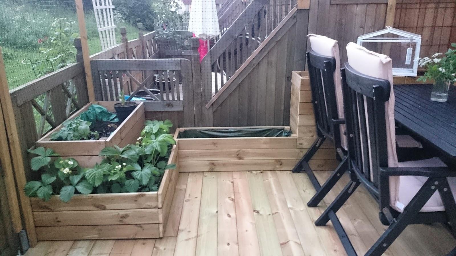 Inredning lägga trall på balkong : Släng dig i väggen, Ernst!: Trägolvet klart pÃ¥ uteplatsen