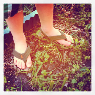 Tenn Feet - Pés Masculinos - Pés de garoto usando chinelos de dedo