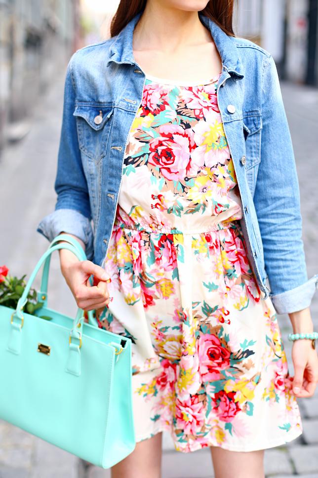 pastelowa sukienka w kwiaty jeansowa kurtka stylizacja