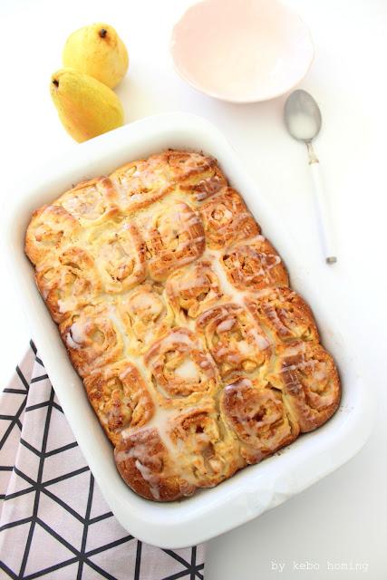 Wunderbare Zimtschnecken, Cinnamonrolls, Kanelbullar mit Kardamom und Birnenstückchen backen und davon gleich einen ganzen Kuchen, Rezept bei kebo homing, dem Südtiroler Foodblog, Fotografie und Foodstyling
