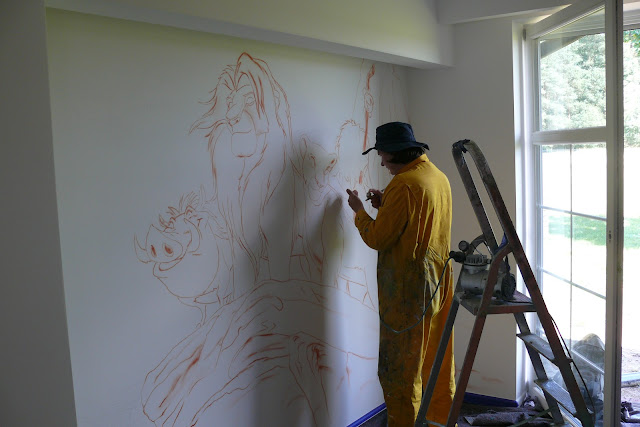 Malowanie króla Lwa na ścianie w pokoju chłopca, ciekawy sposób na zaaranżowanie ściany