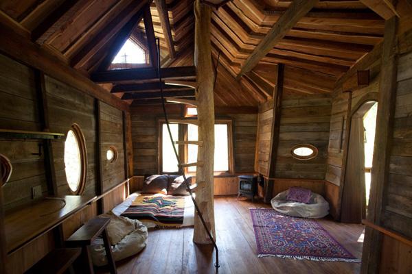 interior de la cabaña revestida de madera