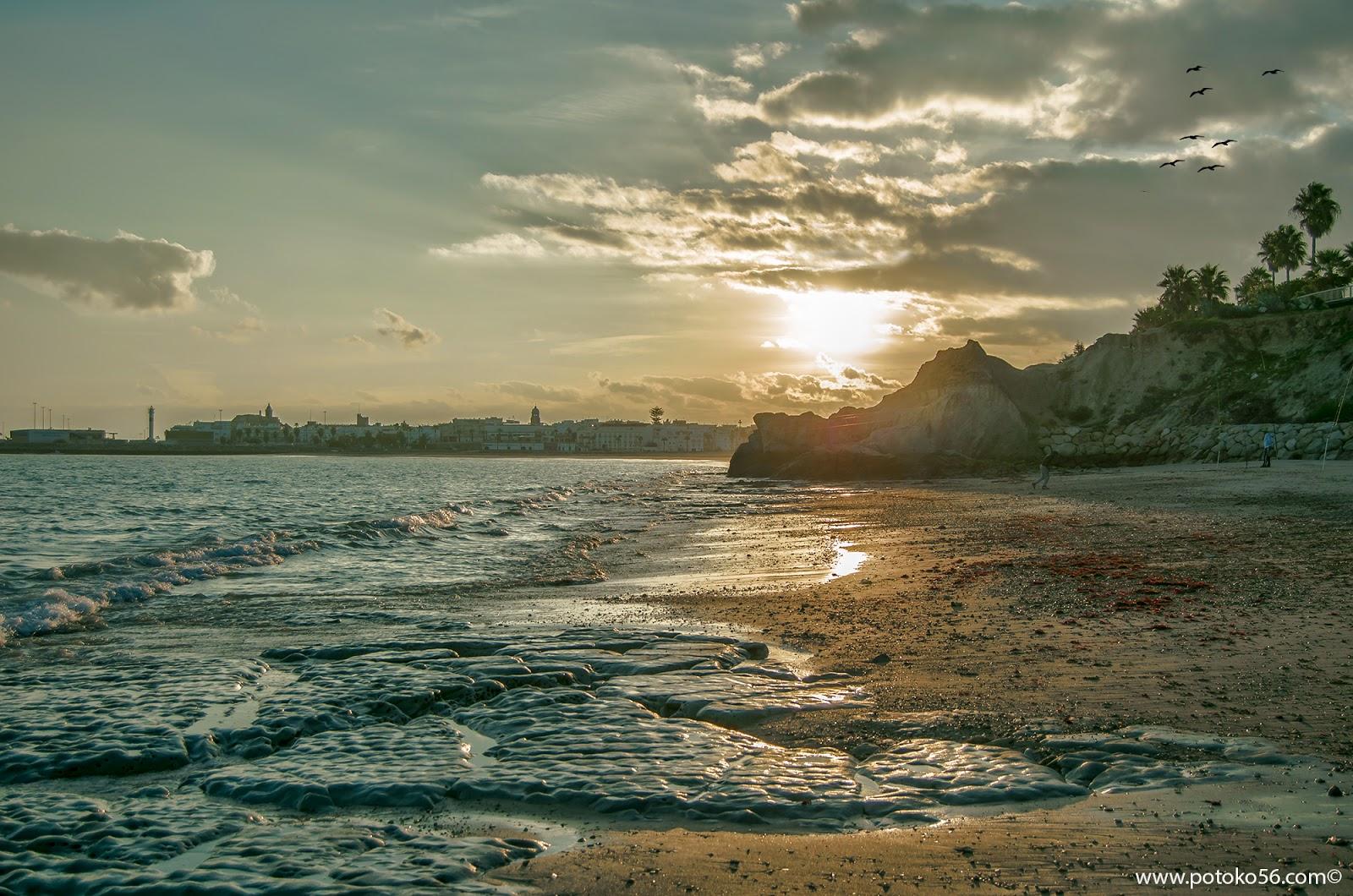 cuando el sol se va desde la Playa de los Galeones Rota