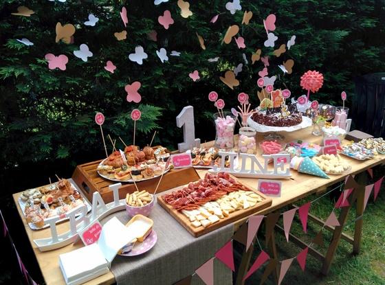 Mesa_jardin_fiesta_cumpleaños_rosa_mariposas_verano