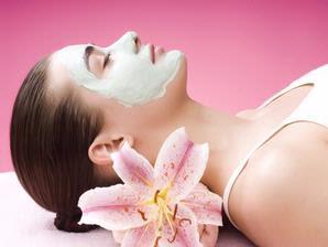 Memakai masker pemutih wajah alami