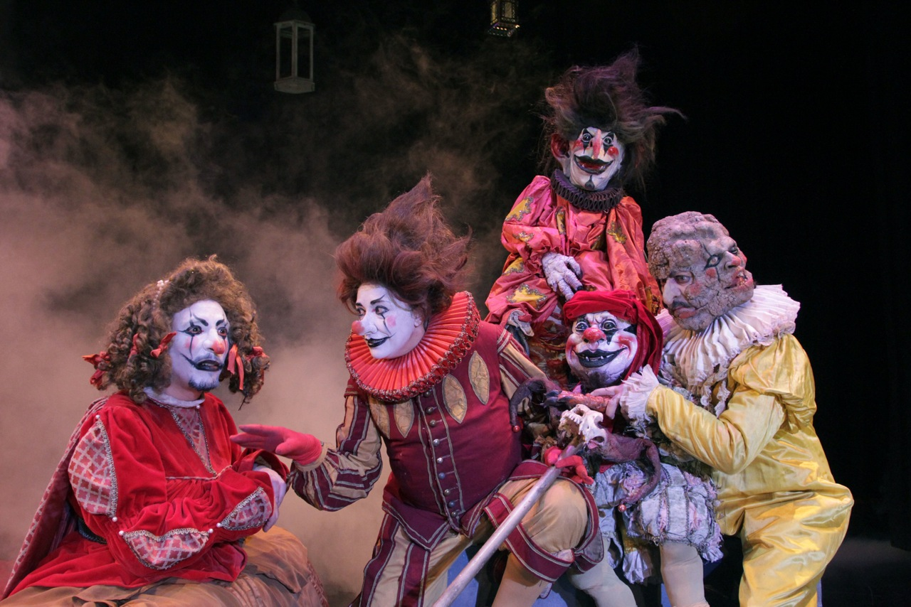 Vivir en el filo morboria teatro llega al romea con una for La cocina obra de teatro