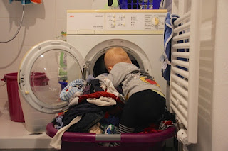 Das Christkind holt die Wäsche aus der Maschine