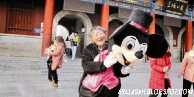 http://asalasah.blogspot.com/2014/03/buat-bantu-anak-ibu-75-tahun-ini-rela.html