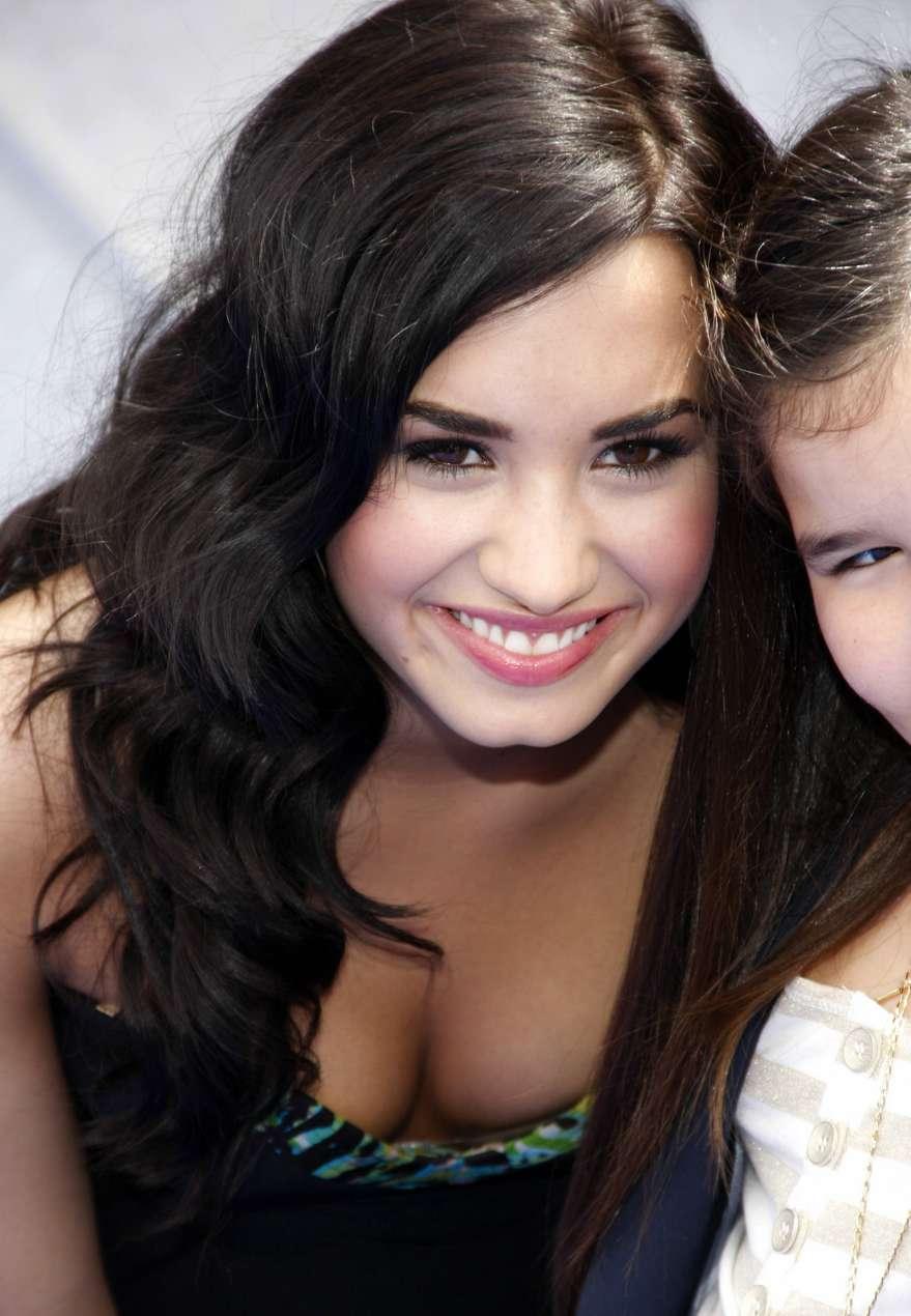 Style Demi Lovato Cleavage