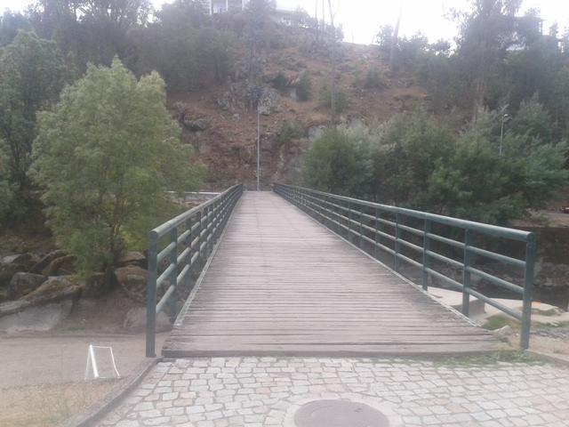 Ponte Pedonal sobre a praia fluvial de Sangemil