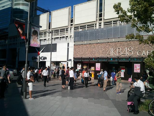 JR秋葉原駅電気街口改札右側を出たところにあるAKB48カフェとガンダムカフェ
