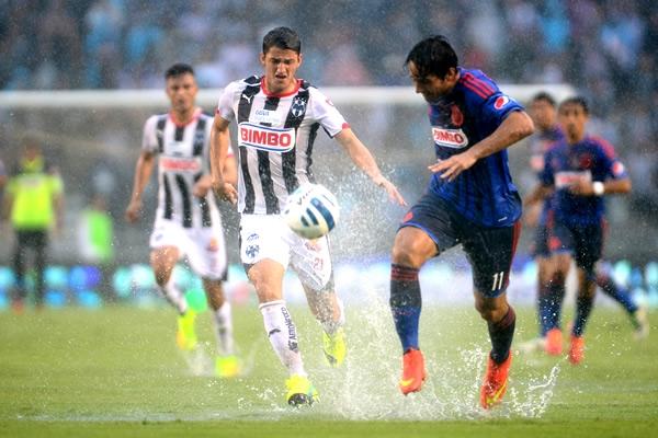 Partido de la jornada 8 entre el Club Rayados de Monterrey y las Chivas del Guadalajara, que se suspendio por lluvia. Liga MX, futbol mexicano de Mexico | Ximinia