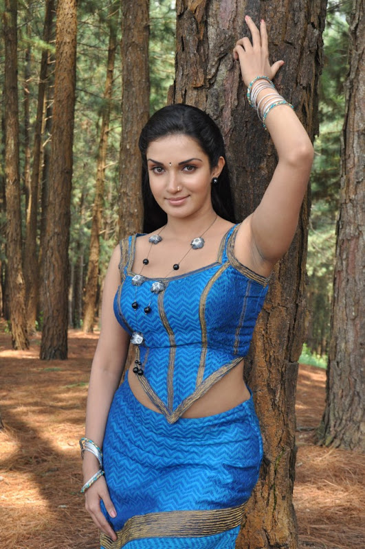 Mallukattu Tamil Movie Actress Honey Rose Hot Photo Stills cleavage