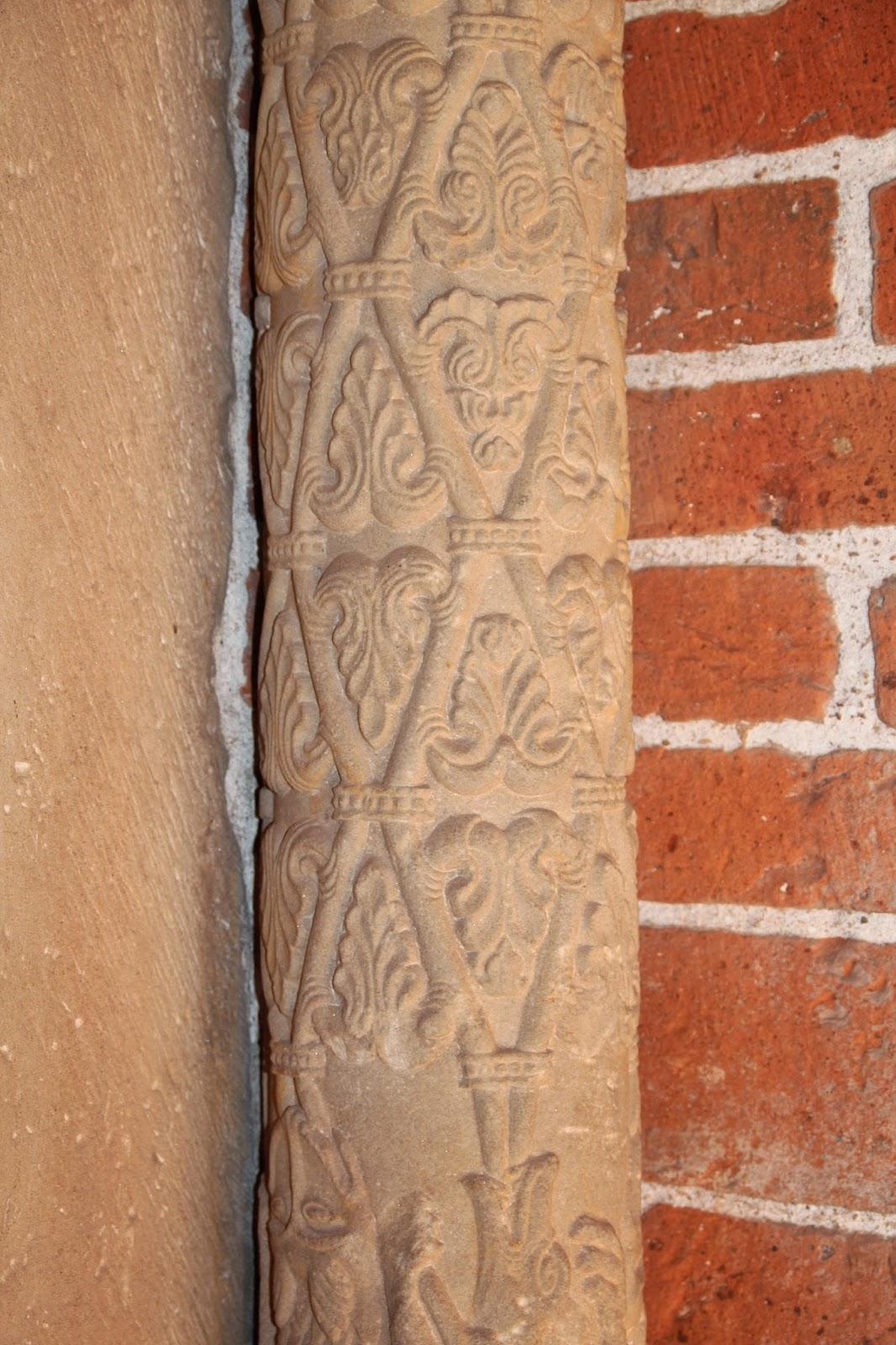 pięknie zdobiona kolumna