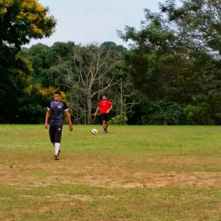 penat main bola