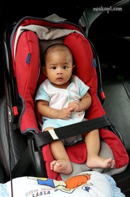 Bilal bersama car seat Ahmad yang dulu