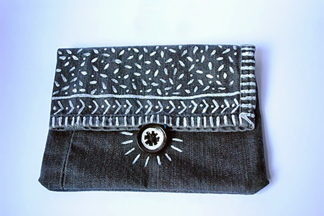 http://www.jessicarebelo.com/recycled-denim-pouch-bag-diy/