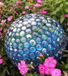 http://123manualidades.com/bola-de-gemas-para-decorar-el-jardin/3005/