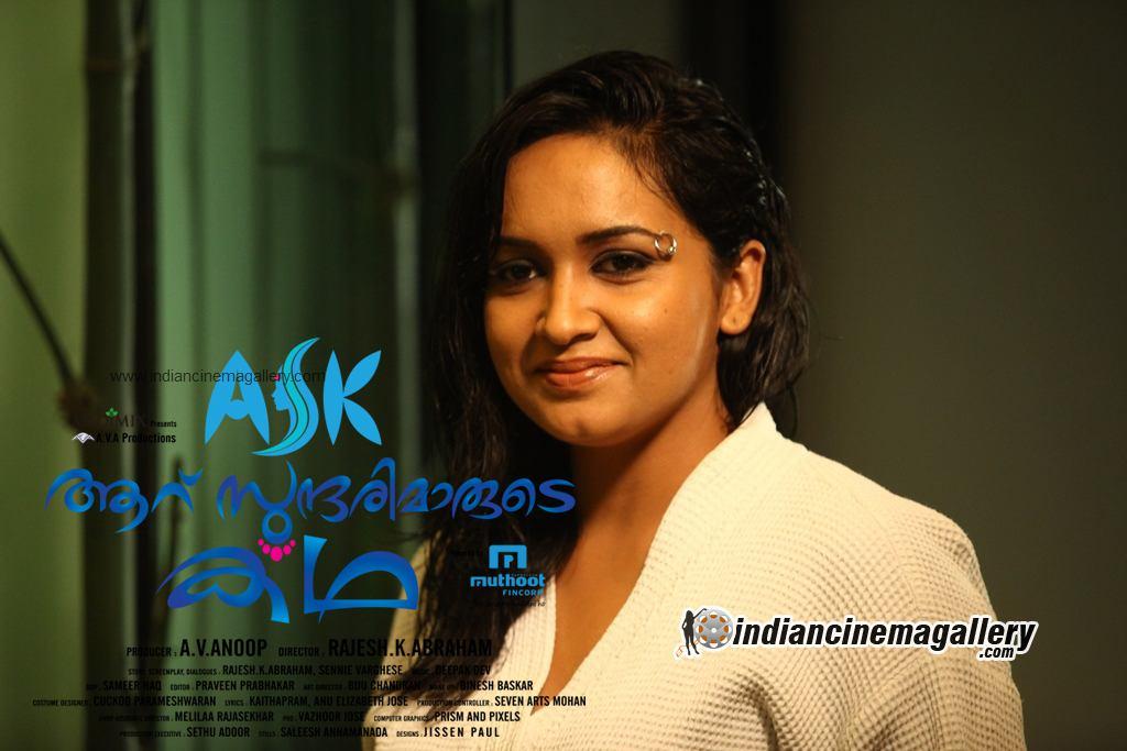 Mallu actress Lena hot in new movie Aaru sundarimaarude katha