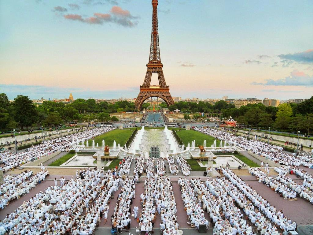 Diner en Blanc at the Eiffel Tower