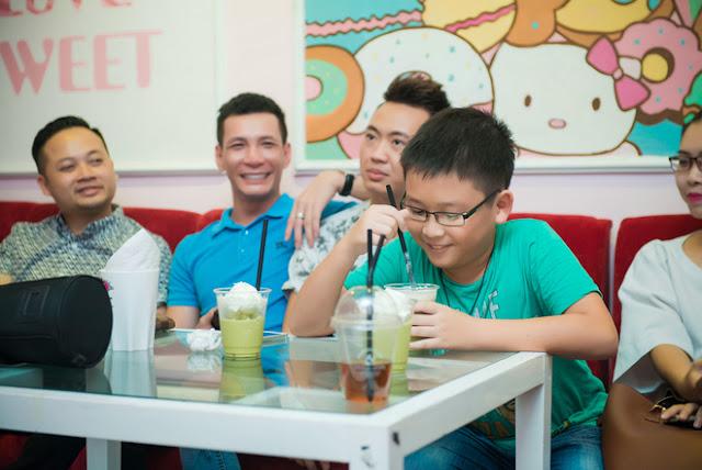 Em trai Huyền My (phải) cũng đi cùng. Trong mắt Á hậu Việt Nam 2014, cậu em Việt Anh mới 8 tuổi nhưng đã biết dành sự quan tâm, chăm sóc cho chị gái.