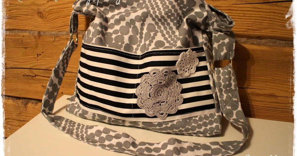 Mustavalkoraidallinen Laukku : Kotiruusu ommeltu laukku virkatuilla koristeilla
