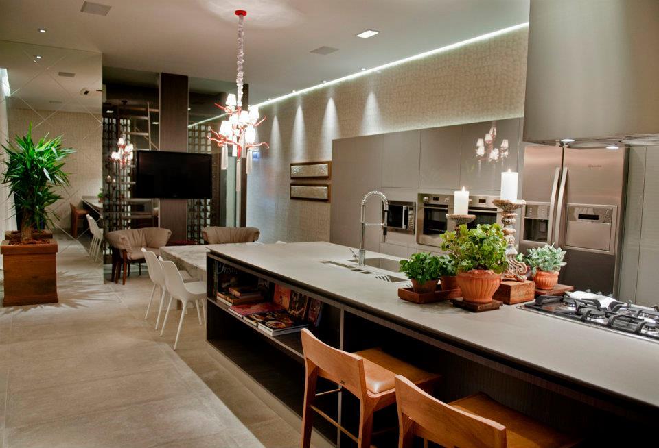 Cozinha Com Sala De Jantar De Luxo ~ Espaço Gourmet integrado com um living com TV, via Blog da Cook