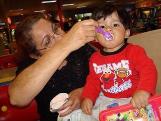 Diana y su nieto el bebé Yan