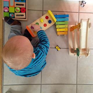 Christkind beim Spielen