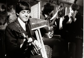A Beatles az I Should Have Known Better-t játsza a vonaton az A Hard Day's Night című filmben