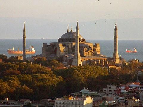 Santa Sofía, reinaugurada en 537, en plena Alta Edad Media, en Constantinopla, gobernando Justiniano I sobre el Imperio bizantino.