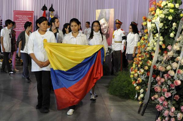 Estudiantes de la República Bolivariana de Venezuela rinden homenaje póstumo al Comandante Presidente de Venezuela Hugo Rafael Chávez Frías, en el Memorial José Martí, en La Habana, el 7 de marzo de 2013.