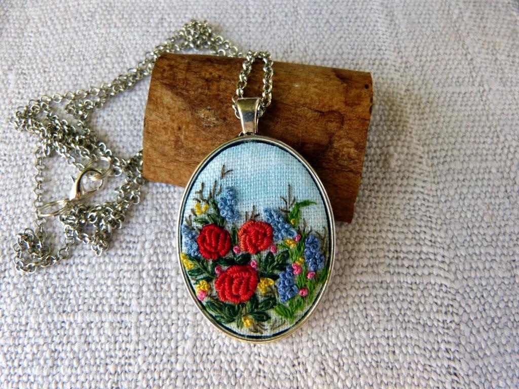 haft rococo, embroidered pendant, haftowane róże, haftowany naszyjnik, naszyjnik z haftem, embroidered jewerly, naszyjnik vintage, medalion z haftem, handmade jewerly, embroidered necklace, vintage jewerly, biżuteria retro