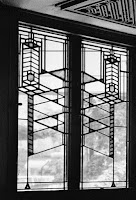 https://en.wikipedia.org/wiki/Frank_Lloyd_Wright#/media/File:RobieHouseWindows_ChicagoIL.jpg