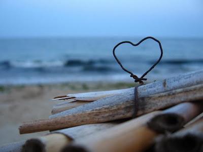 Imagen de dos enamorados en la playa