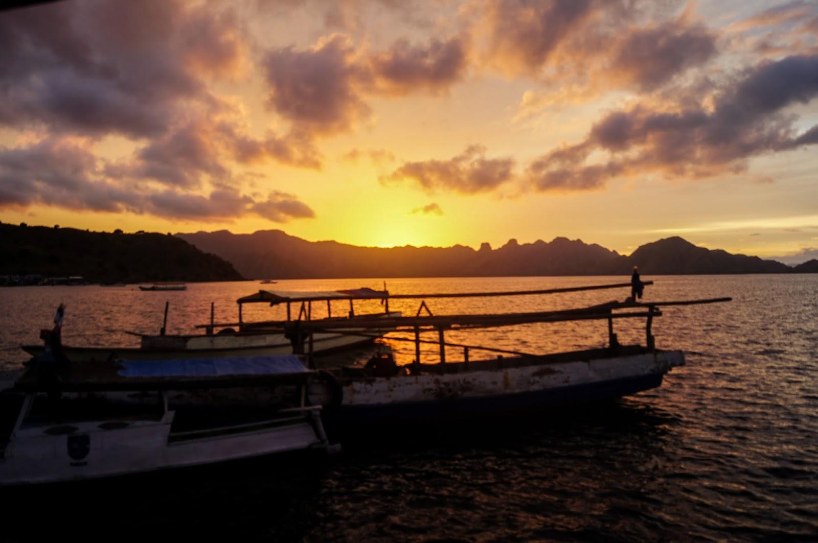 amanecer en las islas Komodo