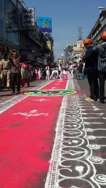 Rangoli nas ruas durante o último dia do festival de Ganesh na Índia