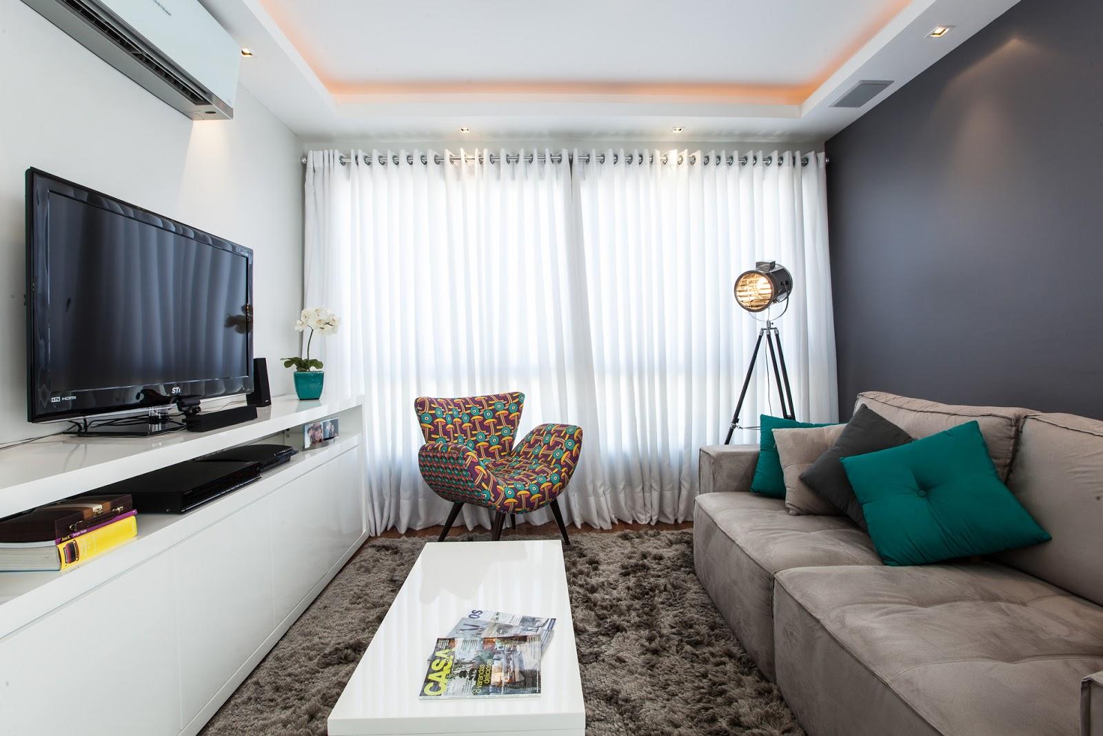 decoracao de sala jovem:tons neutros de fendi e papel de parede em arabescos dão o toque de