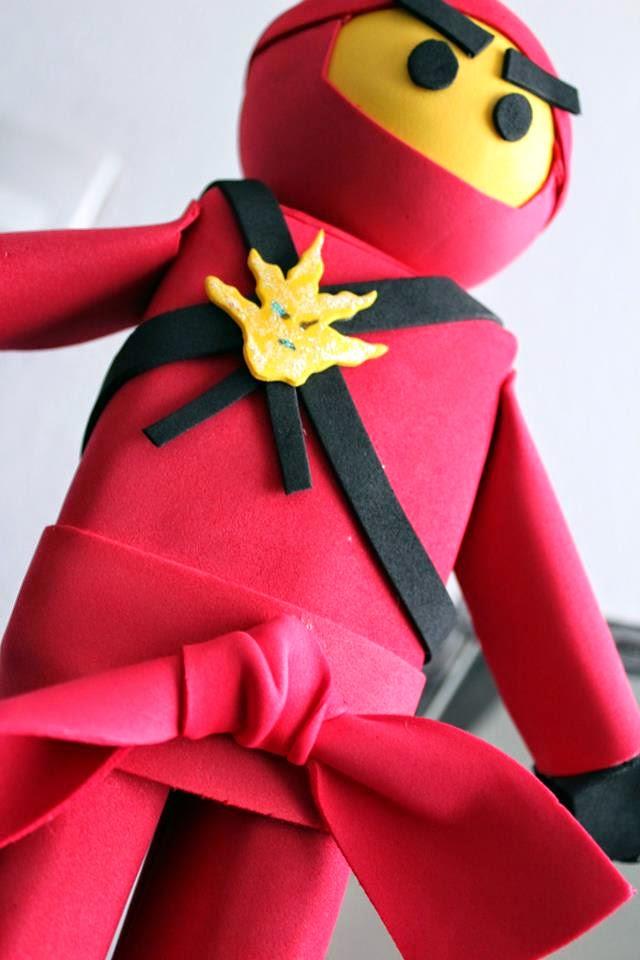Fofucho Ninja lego rojo de OKmira y mesa de dulce