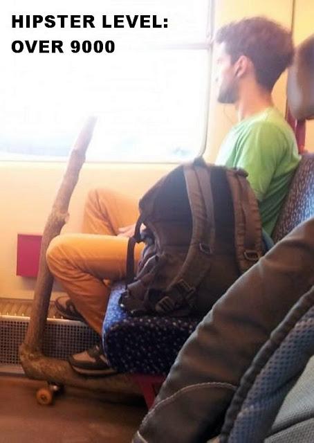 Hipster mit Roller aus Holz