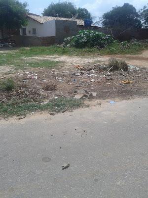 Lixo e Obras paradas tomam conta de Pendências