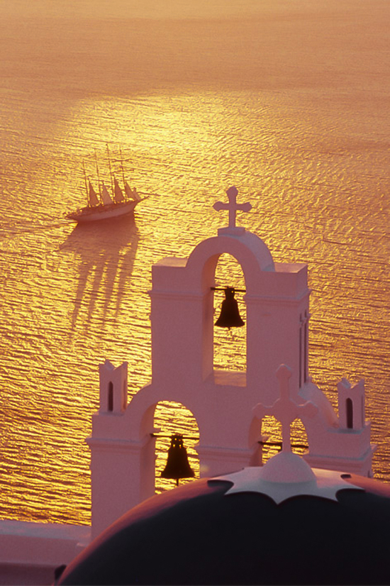Golden sunset in Santorini ©Izzet Keribar