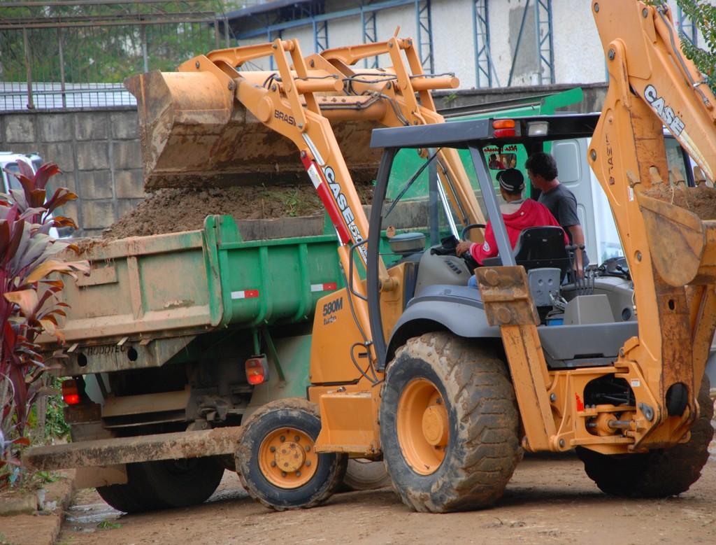 Na Rua Rosa Weber, transversal à Tenente Luiz Meirelles, oito caminhões de areia já haviam sido retirados e o trabalho continuava