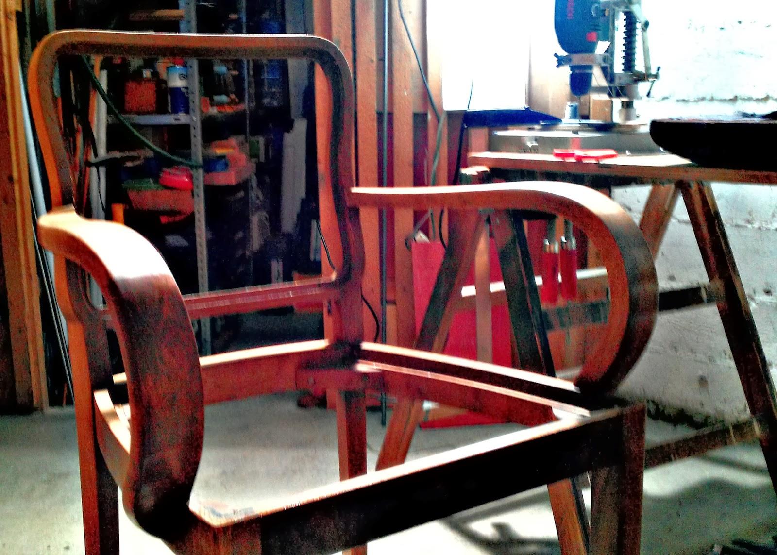 die meisterederin diy ein m bel massaker in 4 akten einen alten stuhl restaurieren. Black Bedroom Furniture Sets. Home Design Ideas