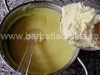 Prajitura cu vanilie preparare reteta crema - incorporam untul