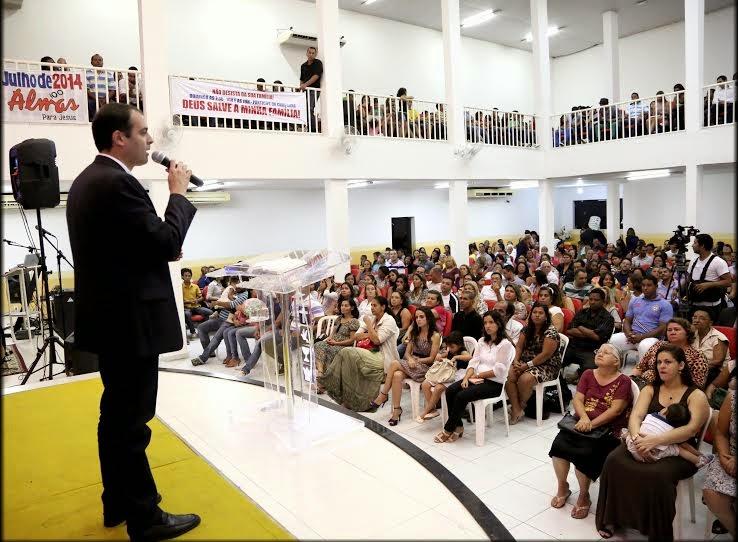 Paulo Câmara prestigia culto da Igreja Quadrangular