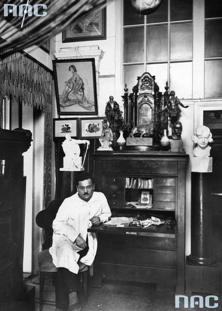 Apolinary Głowiński w swoim mieszkaniu w Waszawie, 1934. Fot. NAC 1-K-2950.