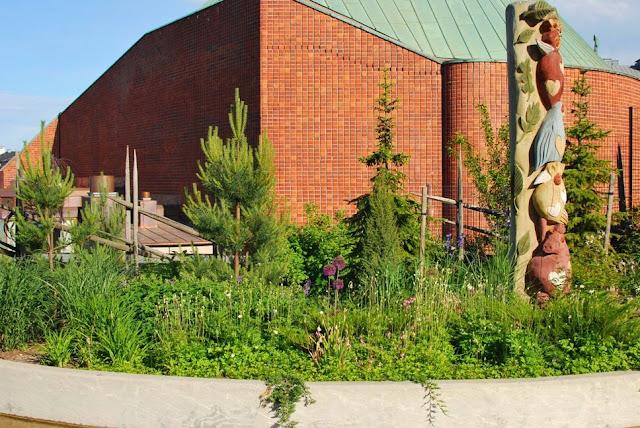 Linnanmäki - Istutuksia Kulttuuritalon edessä