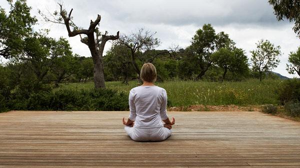 meditacion en el hotel de una mujer