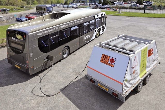 Ônibus de cocô espalha fezes a uma velocidade de 123 km/h